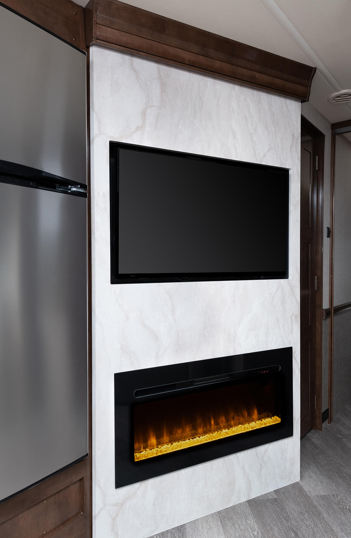 Invicta 34MB - Biscotti Décor with Amber Cabinetry
